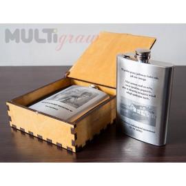 Piersiówka 240 ml z grawerem w drewnianym pudełku