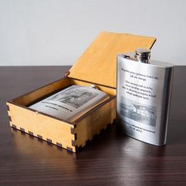 Firmowa pamiątka- piersiówka 240 ml, w drewnianym pudełku